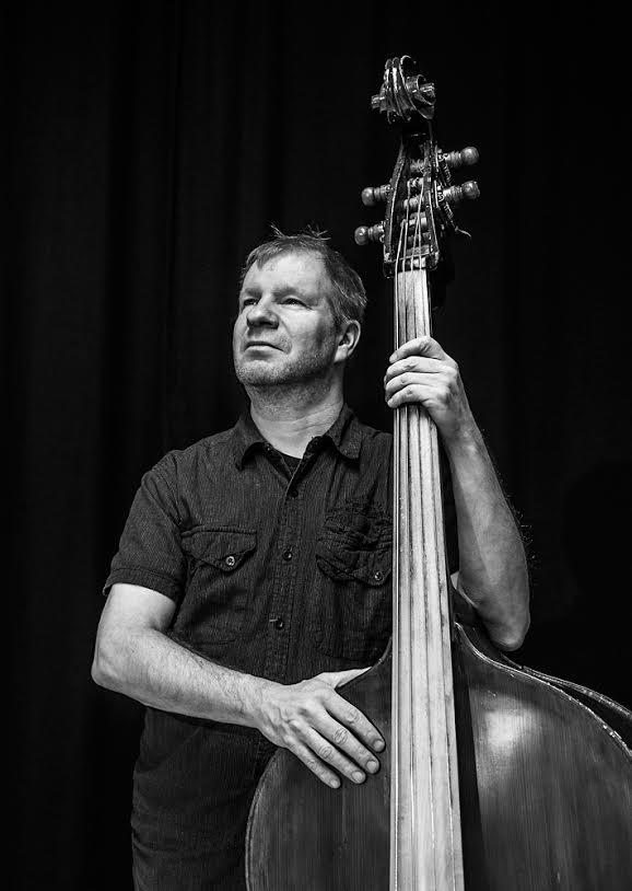 Jussi Liski on kumpulalaisille tutumpi kosketinsoittajana kuin basistina, mutta kontrabasso oli se soitin, jota hän opiskeli musiikkiopistossa ja Sibelius Akatemiassa.
