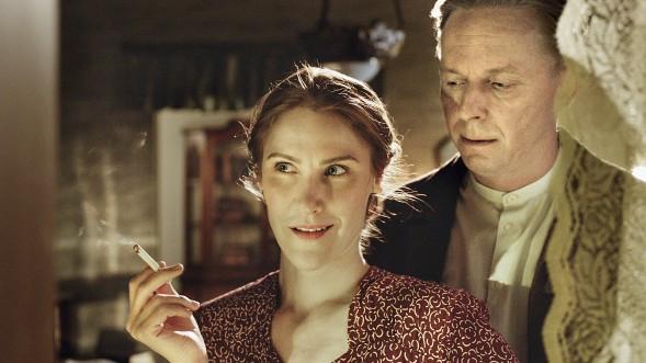 Kuva tv-sarjasta Punainen kolmio, Yle Kuvapalvelu. Hertta Kuusista esittää Vappu Nalbantaglu ja Yrjö Leinoa Eero Aho.
